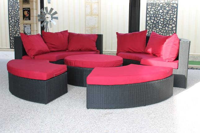 A beautiful round sofa to enjoy drinks with friends outdoors. A circular shape. Made of all-weather PE-rattan. Red fabric with black wicker. Available for Perth.